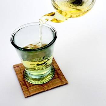 レモングラスティーを先に注ぎます