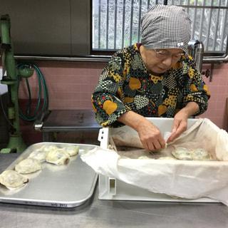 黒川みかん農園の黒川 タツさんが作った熊本の郷土菓子をアレンジしたいきなり団子です。