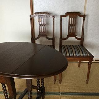 1800年代後半のアンテイーク家具、イギリス製のテーブルとフランス製の椅子です。